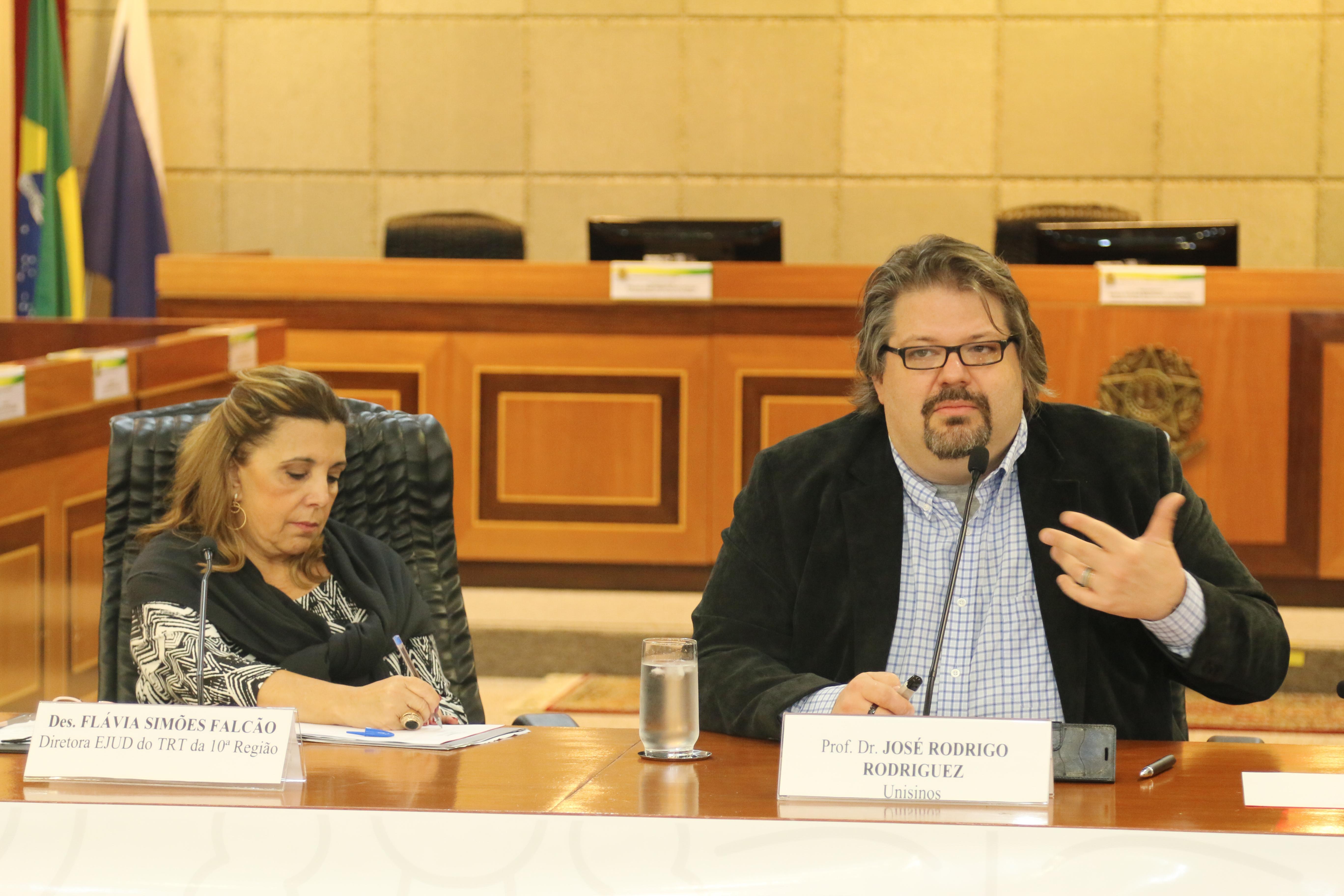 A diretora da Escola Judicial do TRT-10 (DF/TO), desembargadora Flávia Simões Falcão, presidiu a mesa da conferência do professor José Rodrigo Rodriguez.