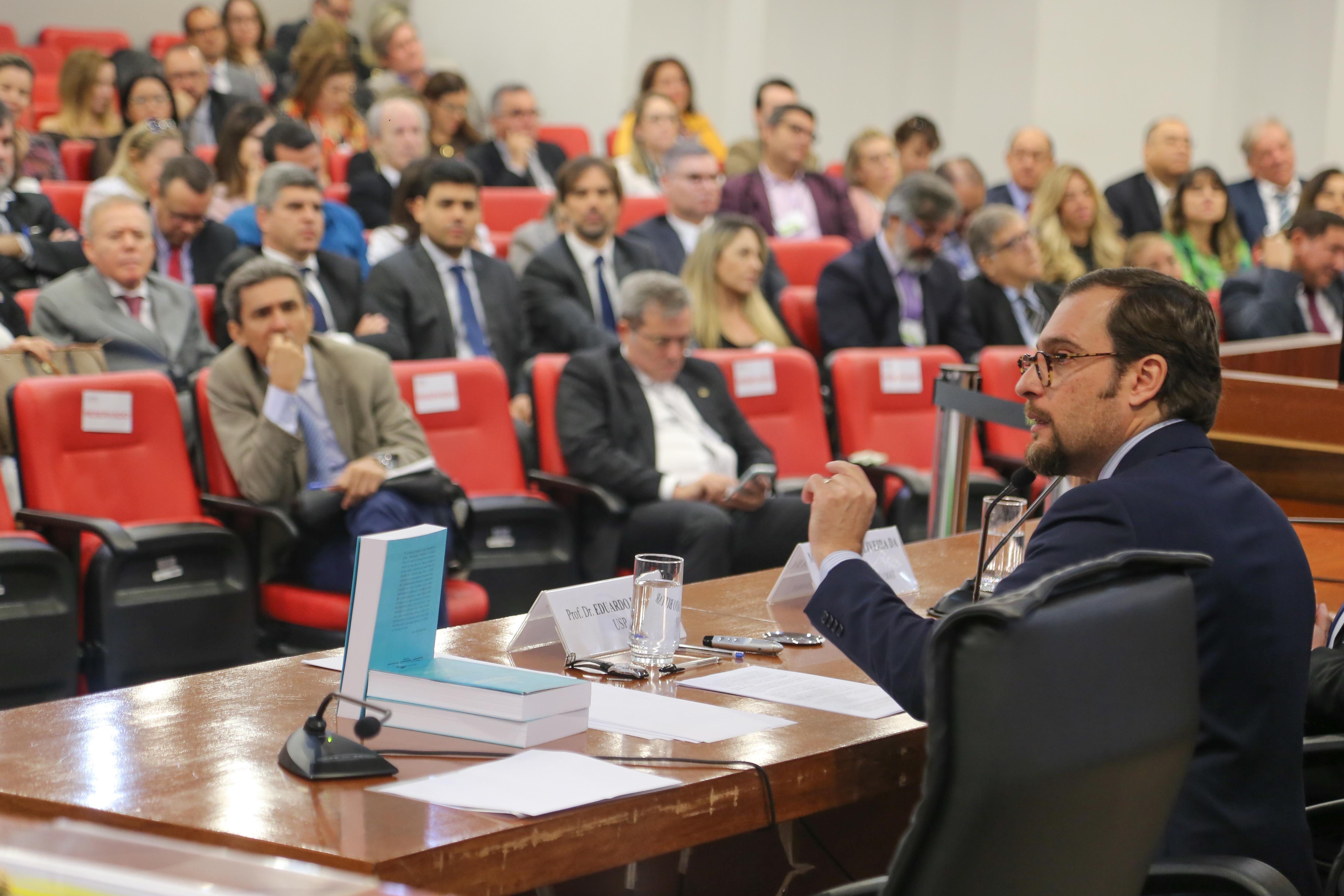 O professor doutor Eduardo Bittara falou sobre as implicações do ambiente digital, especialmente das redes sociais, sobre a atividade jurisdicional.